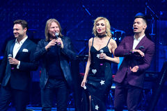 El grupo de cantantes se realiza en etapa durante el 50.o concierto del cumpleaños del año de Viktor Drobysh en Barclay Center Imagen de archivo