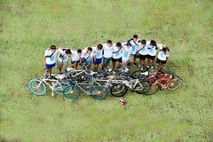El grupo de ciclista en el coche libera día Imágenes de archivo libres de regalías