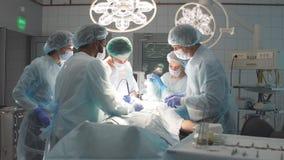 El grupo de cirujanos practicantes y el médico facultativo observan acciones expertas de un cirujano famoso almacen de metraje de vídeo