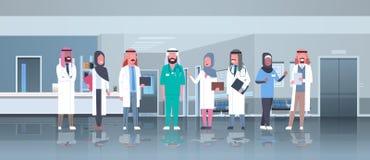 El grupo de doctores árabes combina a los trabajadores médicos árabes de la raza de la mezcla del hospital del concepto de la com stock de ilustración