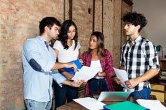 El grupo de empresarios de crea la compañía en la discusión imagen de archivo