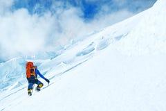 El grupo de escaladores alcanza la cumbre del pico de montaña Éxito, foto de archivo