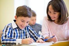 El grupo de escuela embroma la prueba de la escritura en sala de clase Imágenes de archivo libres de regalías