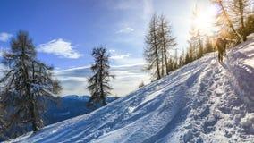 El grupo de esquiadores comienza la pendiente Valle Blanche, el offpist más famoso corrido en las montañas, los vínculos Italia y Fotografía de archivo libre de regalías