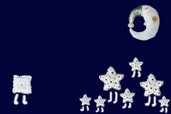 El grupo de estrellas blancas resuelve el cuadrado solo, luna en el cielo, fondo el dormir de los azules marinos Imagen de archivo libre de regalías