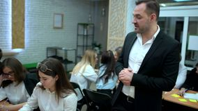 El grupo de estudiantes en sala de clase en la universidad está escuchando atento la conferencia en la economía del profesor famo almacen de video