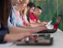 El grupo de estudiantes estudia junto en sala de clase Foto de archivo libre de regalías