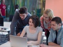 El grupo de estudiantes estudia junto en sala de clase Foto de archivo