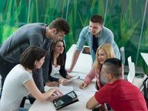 El grupo de estudiantes estudia junto en sala de clase Fotos de archivo libres de regalías