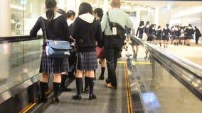 El grupo de estudiantes japonés del niño que camina en aeropuerto va a bloquear para el viaje educativo almacen de video
