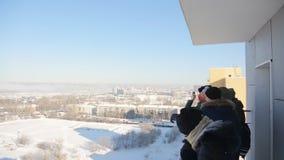 El grupo de estudiantes se coloca en balcón y mira alrededor en territorio circundante almacen de video