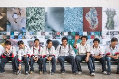 El grupo de estudiantes visita 798 Art Zone, Pekín, China Imágenes de archivo libres de regalías