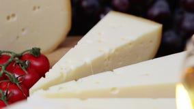 El grupo de francés envejeció los quesos de la charcutería en hd lento del hidef de la tabla del movimiento de madera de la intro almacen de metraje de vídeo