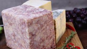 El grupo de francés envejeció los quesos de la charcutería en hd lento del hidef de la tabla del movimiento de madera de la intro metrajes