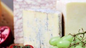 El grupo de francés envejeció los quesos de la charcutería en hd lento del hidef de la tabla del movimiento de madera de la intro almacen de video