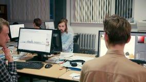 El grupo de gente creativa está trabajando en la oficina en los ordenadores almacen de metraje de vídeo