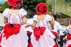 El grupo de gente hispánica de Ecuador está bailando en la calle imagen de archivo libre de regalías