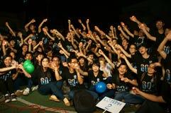 El grupo de gente joven goza en la noche Fotografía de archivo libre de regalías