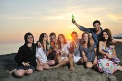 El grupo de gente joven goza en la playa Fotos de archivo
