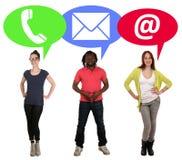 El grupo de gente joven que elige la comunicación llama por teléfono, correo o fotos de archivo