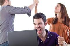 El grupo de gente joven reacciona a las grandes noticias Imagen de archivo libre de regalías
