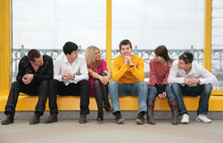 El grupo de gente joven se sienta Fotografía de archivo libre de regalías
