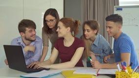 El grupo de gente joven trabaja en la oficina fotos de archivo