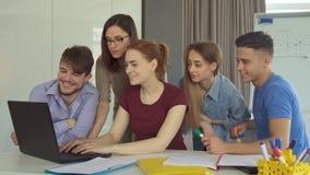 El grupo de gente joven trabaja en la oficina almacen de metraje de vídeo