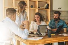 El grupo de gente joven trabaja junto Reunión de reflexión, trabajo en equipo, inicio, planificación de empresas Estudiantes que  imagenes de archivo