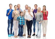 El grupo de gente sonriente que muestra la mano aceptable firma Fotos de archivo