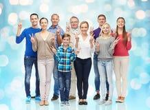 El grupo de gente sonriente que muestra la mano de la paz firma Fotografía de archivo libre de regalías