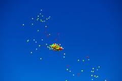 El grupo de helio multicolor llenó los globos en el cielo Imagen de archivo