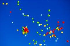 El grupo de helio multicolor llenó los globos en el cielo Fotos de archivo libres de regalías