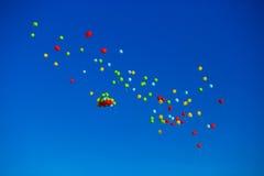 El grupo de helio multicolor llenó los globos en el cielo Imágenes de archivo libres de regalías