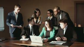 El grupo de hombre de negocios comunica con el ordenador portátil metrajes