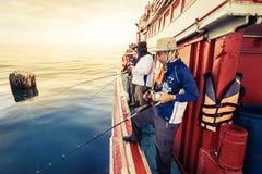 El grupo de hombre de la pesca, ellos es juego turístico y del amor de la pesca Foto de archivo libre de regalías