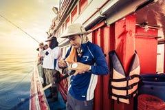 El grupo de hombre de la pesca, ellos es juego turístico y del amor de la pesca Imagenes de archivo