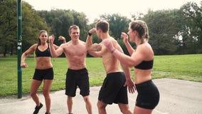 El grupo de hombres bien entrenados y las mujeres están presentando almacen de video