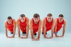 El grupo de hombres caucásicos acrobáticos gimnásticos en actitud de la balanza Fotografía de archivo libre de regalías