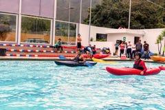 El grupo de hombres compite en la competencia Canoeing Imagen de archivo