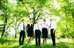 El grupo de hombres de negocios consigue relajante al aire libre imagen de archivo