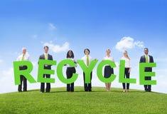 El grupo de hombres de negocios que llevan a cabo palabra recicla Imagen de archivo libre de regalías