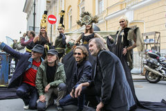 El grupo de hombres fotografiados con los modelos Imagen de archivo libre de regalías