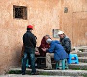El grupo de hombres juega en una calle en el kasbah de los oudayas Imagen de archivo libre de regalías