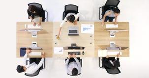 El grupo de 6 hombres de negocios hace trabajos por los ordenadores almacen de video