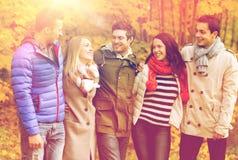 El grupo de hombres sonrientes y las mujeres en otoño parquean Fotografía de archivo libre de regalías