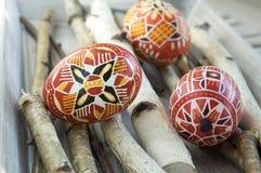 El grupo de huevos de Pascua pintados coloridos en abedul ramifica Imágenes de archivo libres de regalías