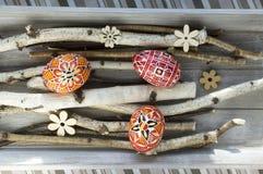El grupo de huevos de Pascua pintados coloridos en abedul ramifica Fotografía de archivo libre de regalías