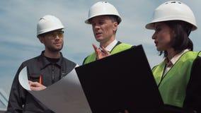 El grupo de ingenieros o los técnicos discute el modelo almacen de metraje de vídeo