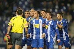 El grupo de jugadores de Espanyol habla con el árbitro Foto de archivo